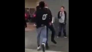 【動画】ケンカで不意打ち失敗して逆にフルボッコされる男www