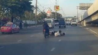 2人乗りでスクーターを運転中に転倒してしまい悲惨な結果に・・・