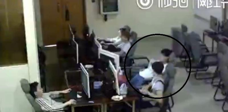 【動画】ネットカフェの監視カメラに信じられない映像が記録されていた・・・