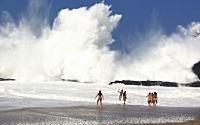 ダイナミック海水浴。ズドーン!と撃ちつける大波に流される女の子たちのビデオ。
