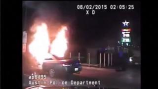 【動画】乗用車と共に焼身自殺しようとしたけど熱かったので中断する男性。