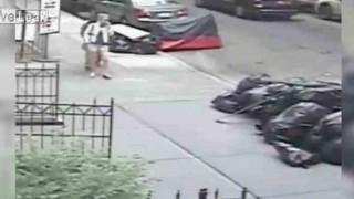 【動画】マンハッタンで女性のパンツの中に糞を入れる男が防犯カメラに映った…。