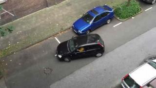 【衝撃動画】どんなに頑張っても縦列駐車できないドライバーwww