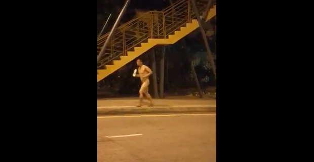 【衝撃動画】ジョギングするのに服を着るのを忘れてしまい全裸の男性www