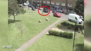 【衝撃動画】カージャックされた走行中の乗用車から12歳の女の子が飛び降りて脱出する瞬間。