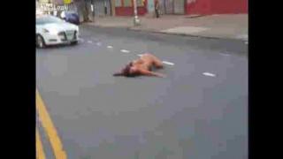 【エロ注意】白昼の路上で全裸の女性がのたうち回ってるんだが…。