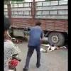 【閲覧注意】大型トラックに轢かれたまま下半身から血が噴き出してる婦人が普通に会話してるんだけど…。