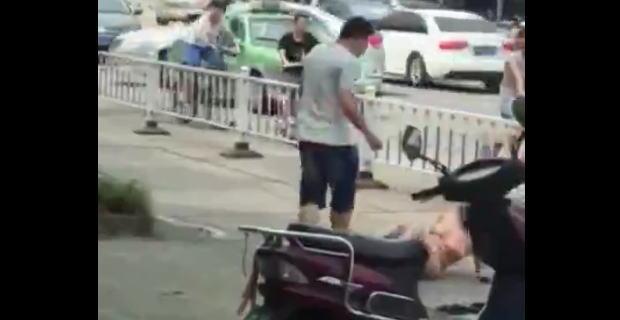 【動画】浮気を白状させるために白昼の路上で全裸にした巨乳妻を包丁で脅す夫。