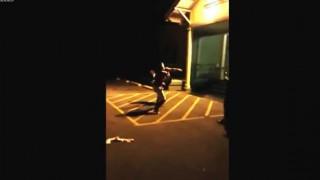 【衝撃動画】あまりにもキレイに決まりすぎたストリートファイトでのハイキック…。