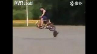 【オモシロ動画】走行中のバイクがwww