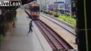 【閲覧注意】自殺しようとしたのか?女性が電車に飛び込む瞬間から救出直後の動画。
