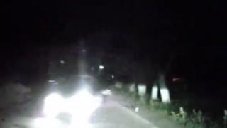 【動画】対向車と事故りそうになって茂みそれた結果、立ちバックでハメてるカップルがwww
