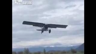 【衝撃動画】プロペラ機が激しい向かい風の中、着陸成功。
