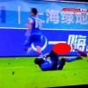 【閲覧注意】サッカーの中国スーパーリーグで足があり得ない方向に曲がり骨折してしまう…。