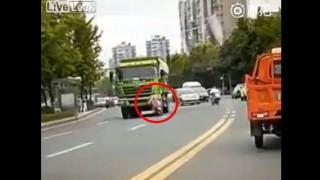 【閲覧注意】運転手に気付かれず頭を踏み潰されてしまう原付を運転する女性…。