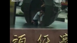 【動画】外野にガヤつかれてること気付かず白昼の路上で仁王立ちフェラしてるカップルwww