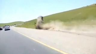 【事故動画】空中を回転するほどの自動車事故で奇跡的に軽傷の男性。