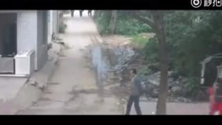 【閲覧注意】歩行者に気付かず何度もゴリゴリを轢いてしまうダンプ…。