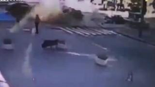 【動画】ウクライナのジャーナリストが路上で爆死する瞬間…。