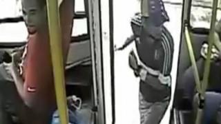 【閲覧注意】路線バスの監視カメラに映ったあっという間に起きた殺人事件の動画。