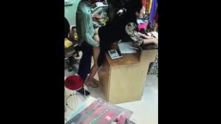 【エロ注意】中国のとある衣料品店でレジで店番しながら立ちバックセックスする店主と従業員www