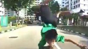 バスの陰から飛び出してきた少年が車に撥ね飛ばされる