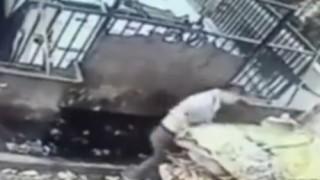 【閲覧注意】ゴミ処理施設で働く男性が足を滑らせてプレスされてしまう(動画)