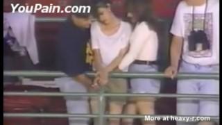 【エロ注意】ベースボールの試合中継で男1対女2で手マンして喘いでるカップル発見www