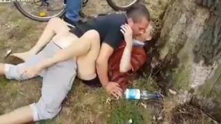 【エロ注意】白昼堂々と公園で青姦するカップルwwwこれだけギャラリー集まってるのに止めないの?