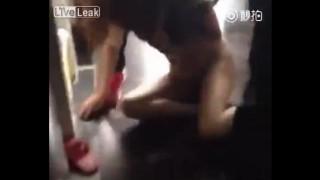 【エロ注意】下半身スッポンポンのスタイル抜群の浮気相手女性が妻にボコられる動画。