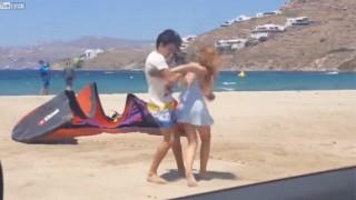 【エロ注意】ビーチで元婚約者と喧嘩して巨乳がポロリしてしまってる『リンジー・ローハン』www