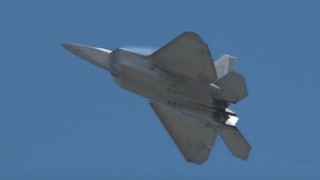 【衝撃動画】戦闘機『F-22 RAPTOR(F-22ラプター)』の飛行性能を撮影した動画。