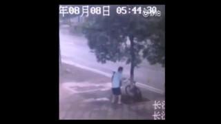 【犯罪動画】チェーンロックが掛かった自転車を衝撃的な方法で盗む男。