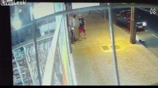 【犯罪動画】何の躊躇もなくサクサクとナイフで刺し殺すブラジルの強盗。