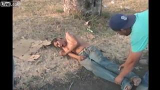 【動画】交通事故直後、轢かれてもがき苦しむ男性にテレビレポーターがインタビューしてるんだけど。