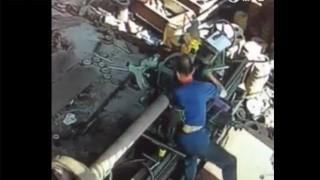 【閲覧注意】工業機械のチェック中に巻き込まれてしまう…。