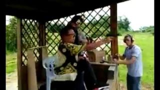 【動画】射撃場で変な打ち方してインストラクターに注意される中国人観光客www
