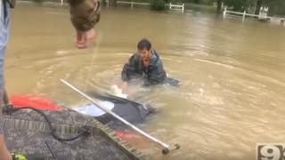 【動画】洪水で沈んでゆく乗用車の中から老人とワンちゃんを救出する勇敢な男。