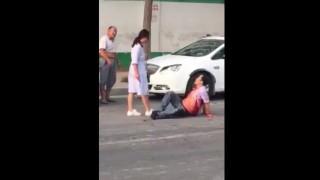 【動画】路上で妻にナイフで刺される夫。
