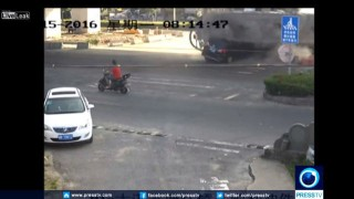 【事故動画】タンクローリーに乗用車がペシャンコにされてしまう瞬間…。