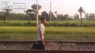 【動画】良い子は絶対にマネしないで下さい!列車の通過を寝そべって待つ男。