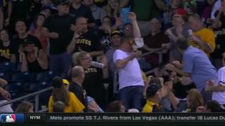 【動画】ファールボールをゲットしようとしてナチョスこぼしちゃう男性www