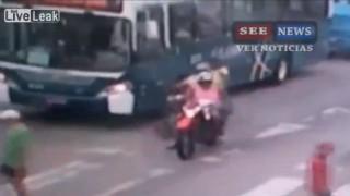 【犯罪動画】ブラジルの道路上で白昼堂々と行われた殺人の瞬間動画。