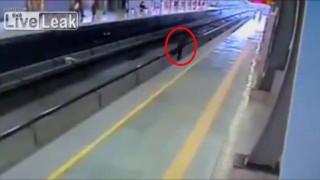 【閲覧注意】酔った男性が線路に侵入→電車とホームに挟まりぐるぐる回転しながら轢かれる。