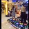 【動画】ゲーセンでダンスゲームしてたらパンティ落ちてきちゃった女の子www