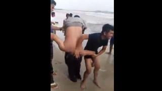 【動画】溺れてしまった男性の蘇生処置がとても雑に見える…。