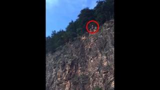 【激痛動画】とてつもなく高い崖からのクリフジャンプで着水失敗…。