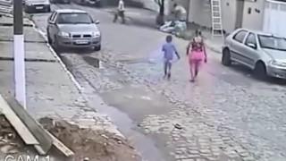 【動画】怖っ!いきなり脚立が倒れてきて母子が下敷きに…。