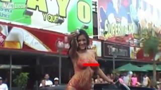 【エロ注意】ナイトクラブの宣伝でトップレスの巨乳美女がトラック荷台で笑顔を振りまくwww