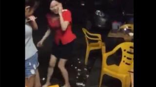 【動画】飲み会でチンコの大きさを若い女の子二人にチェックされる男www